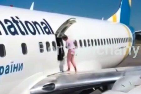 Frustrirana zbog čekanja: Putnica otvorila vrata i šetala po krilu aviona